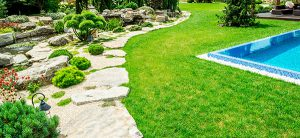 Achetez une piscine, mais intégrez-la bien à votre aménagement paysager pour en pas le regretter!